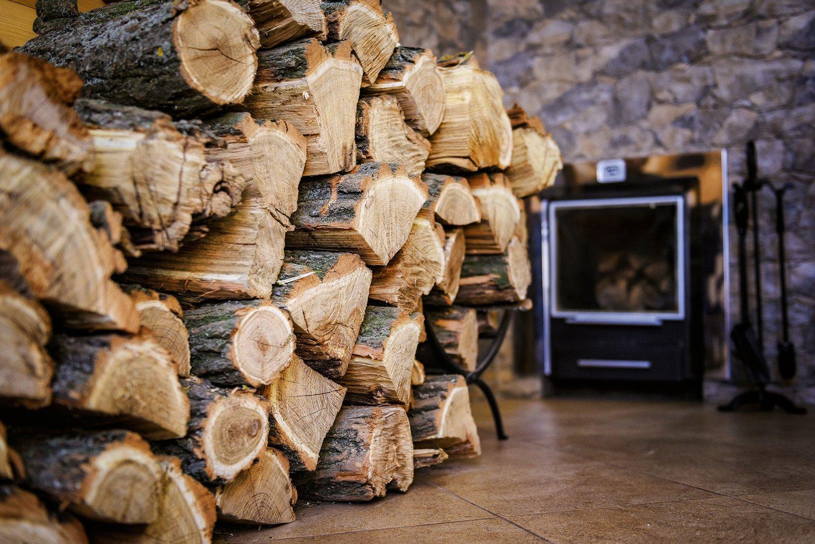 Какие дрова использовать для топления бани?